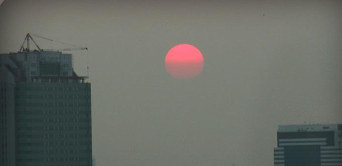 ดวงอาทิตย์ตกดิน ข้างซ้ายมีตึก Cyber World กำลังก่อสร้าง